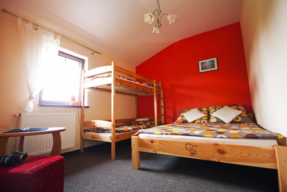 Im Zimmer Gibt Es Ein Doppelbett Mit Maße 140x200 Cm Und Ein Etagenbett Für  Die Kinder Mit Maße 90x200 Cm.